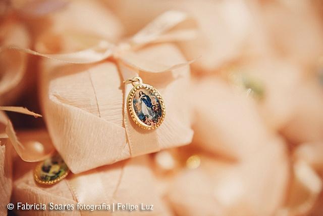 Bem casados com uma medalinha de lembrança de casamento