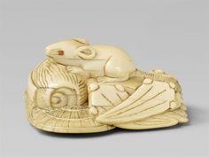 A large ivory netsuke of a rat atop of takaramono. Early 19th century, Auktion 1092 Asiatische Kunst I Indien, Südostasien und Japan, Lot 600