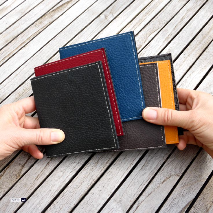 Meins meins meins... streitet euch nicht, Jungs, es sind genügend für alle da 😂🙃. It's mine...no mine! Don't worry guys, there is enough for all of you 😁👀. Herrenbrieftasche / men's wallet: pocket sized men's wallet in many different colors and in minimalistic design: offering enough room for bank notes and cheque cards but yet is nice and flat so it won't add unnecessary bulk. At http://www.wagnerstrasse.de https://www.amazon.de/handmade/wagnerstrasse #menswallet #herrenbrieftasche…