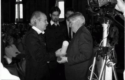 Bakos István átadja a díjat