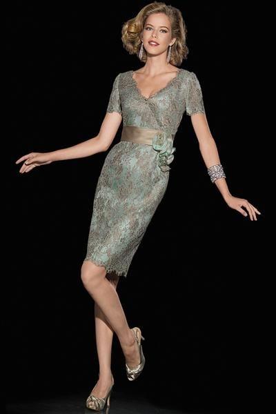 Colección de Teresa Ripoll 2014  Vestido de madrina realizado en chantilly con la base de organza de seda en color verde agua.   Traje chaqueta de madrina brocado en color coral (arriba) y vestido de tirantes con capa color nude con bordado dorado (a bajo).  Vestido de madrina palabra de honor brocado en color coral.  Vestido de madrina en color beige     Vestidos de madrina de tirantes con chaqueta color nude