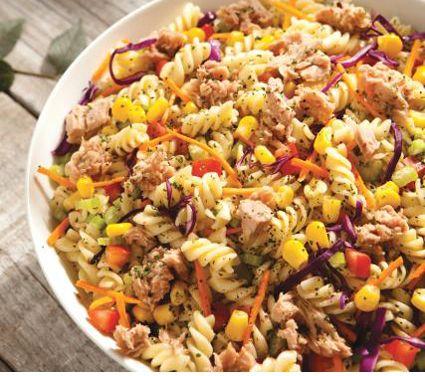 Ensalada de atún con pasta Ingredientes  1 tz de atún en agua 400 g de fusilli 1 1/2 lts de agua 4 cdas de aceite de oliva 2 zanahorias 1 rama de perejil 2 jitomates bola 4 hojas de col morada 1 rama de apio 1/2 tz de granos de elote 1/2 cda de vinagre blanco 1 pizca de orégano seco Sal y pimienta al gusto    Preparación  HIERVE el agua y cuece el fusilli durante 13 minutos o hasta que esté al dente. Escurre. VIERTE la mitad del aceite de oliva para... Mira la receta completa en…
