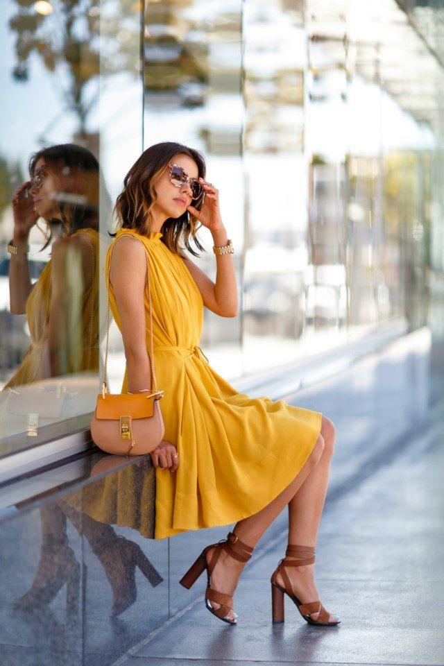 femme look élégant idée robe moutarde lunettes de soleil sac en cuir idée vivaluxury