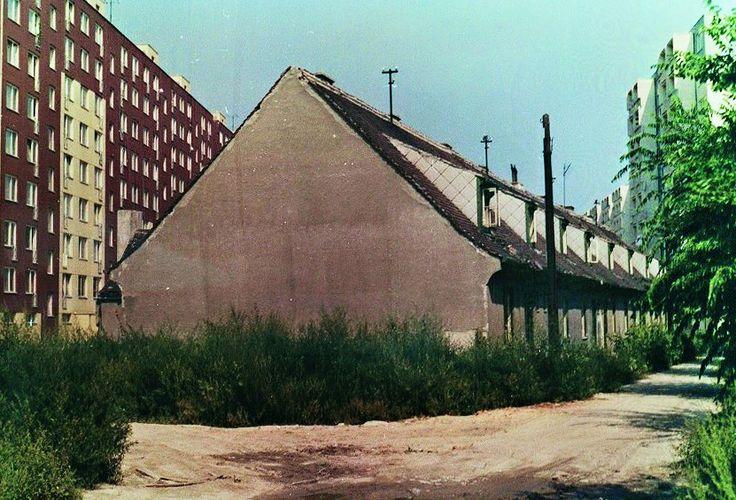 Staré domy na fotke sú pozostatok 44 domov pre mestkých zamestnancov, ktoré stáli na dnes zaniknutom Ružinovskom rade. Domy boli postavené v 30tych rokov 20. storočia. Naľavo sú domy na Jégeho ul. a napravo je prvý dom na Palkovičovej. Fotka je fotená od Záhradníckej ulice. Staré domy boli zbúrané v roku 1988. Zdroj: Ružinovské ECHO