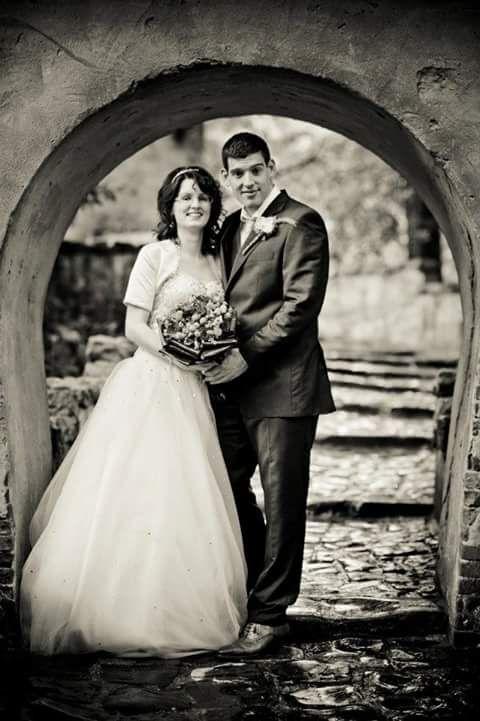 Sammy Jo Dielissen Henraath en haar man kozen voor de poort van het kasteel van Doornroosje als locatie voor hun trouwfoto
