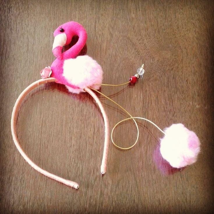 Tiara deflamingo feita a mão - Modelo Pano, ponto e nó #flamingo #passadeiradeflamingo #acessóriosdeflamingo #fantasiaflamingo
