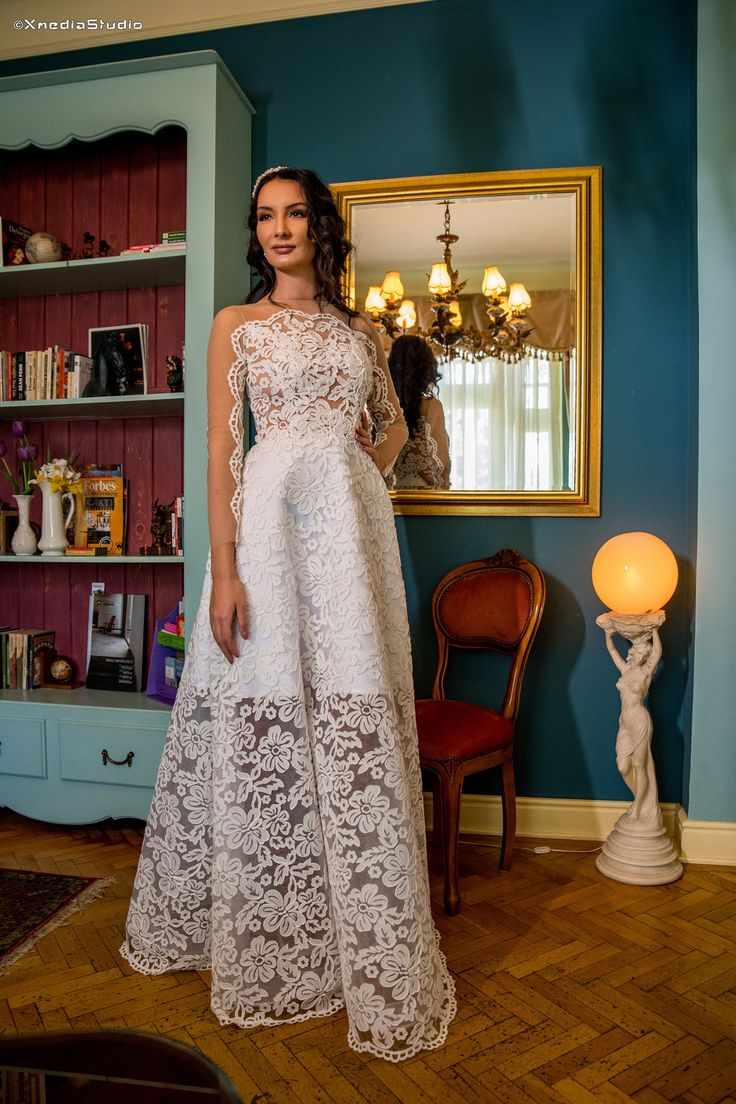 Stand out in the Anèmone bridal gown! An outstanding design for those brides that are going towards a more bold look on their special day!  #photography @xmediastudio  #mua @sorin_papa  #jewelry Carla Brillanti