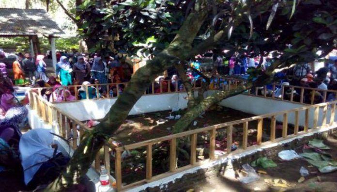 Makam Bujuk Melas atau Syarifah Fatimah Binti Abdullah al Anggawi yang merupakan nenek moyang dari para kiai di Madura dan Tapal Kuda ramai dikunjungi para peziarah.