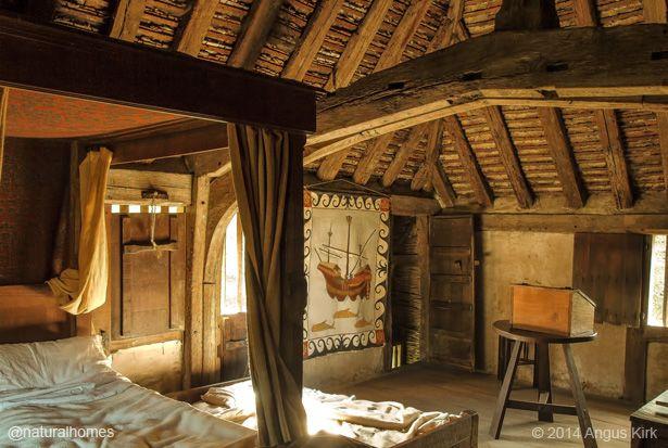 Um quarto no interior da casa da Fazenda Bayleaf, uma antiga Casa Tudor Wealden em Chiddingstone, condado de Kent, Inglaterra, Reino Unido. A casa e o jardim da cozinha são mantidos como poderia ter sido em meados do século XVI.  Fotografia: Angus Kirk.