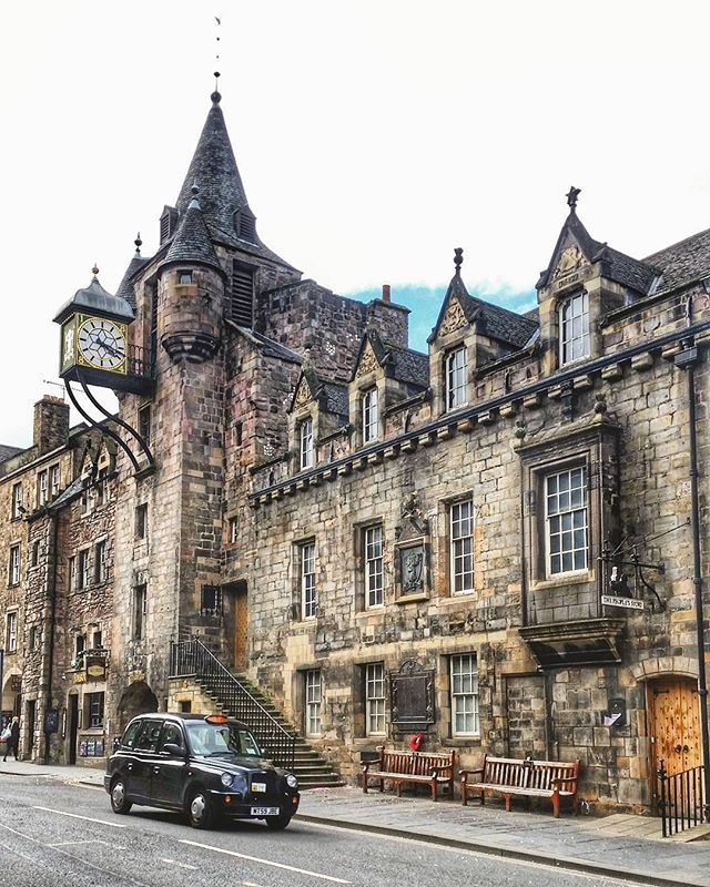 WEBSTA @ lovegreatbritain - Located in Edinburgh's Old Town, the Canongate Tolbooth was built in 1591 as a courthouse, burgh jail and meeting place. These days the building is occupied by The People's Story Museum and is a perfect place to brush up on Edinburgh's history. #LoveGREATBritain #Scotland #Edinburgh