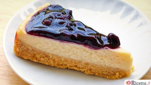 La cheesecake è uno dei dolci più apprezzati e ne esistono diverse varianti. La più interessante è quella che non prevede cottura (quindi non va infornata) e soprattutto senza colla di pesce (che a molti non piace o non possono mangiarla per qualche motivo particolare).IngredientiPartiamo dalla base:- 300 g di biscotti secchi- 100 g di burroPer la