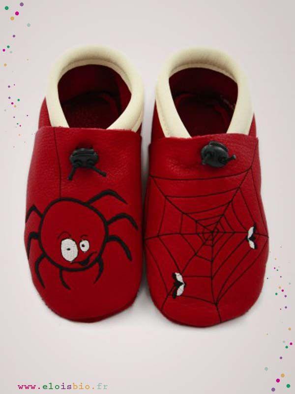 Chaussons  « L'araignée et sa toile » destiné aux enfants Ces chaussons sont réalisé en cuir écologique rouge et écru avec comme broderie une araignée sur le pied droit et une toile avec deux mouches sur le pied gauche.