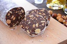 200gr de biscuit, 120gr de beurre, 100gr de sucre, 50gr de cacao, 50gr chocolat noir, 70gr de noisette ou autres noix, 3 c.as. d'eau, q.s sucre glace  Hacher le biscuit, mélanger avec le cacao le sucre et les noisettes. Faire fondre le chocolat au bain marie, ajouter sur le mélange puis incorporer le beurre ramolli et les c.a s. d'eau. Former un saucisson avec la pâte, soupoudrer de sucre glace, enrouler dans de l'aluminium et mettre au frigo pendant min. 6h. Retirer l'aluminium, bon appétit…