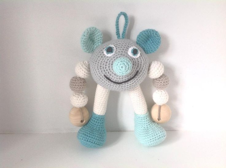 Resultatet efter de sidste dages hæklerier Denne lille trold har rasleboks i hovedet pibebold i den ene fod og knitrecellofan i den anden fod. #hækle #hæklet #hækling #crochet #haeklet #baby #legetøj #babylegetøj #amigurumi #rangle by mormorshaekleliv