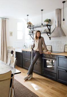 Cuisine Ikea. Parquet, plan travail bois, évier émaillé, étagères.