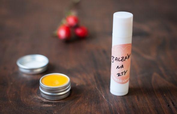 Z téhle dávky jsem nakonec udělala 2 balzámky… :) Díky šípkovému oleje je balzámek opravdu hodně regenerační a má lehký nádech do oranžova. :) Skvěle poslouží Vám, kteří trpíte na popraskané nebo suché rty ať z v zimě na horách nebo protože pracujete v suchém a prašném prostředí. Včelí vosk, bambucké máslo a olej dáme do skleněné misky nebo zavařovačky a dáme do vodní lázně rozpouštět. Promícháváme a čekáme až se vše rozpustí. Jakmile se směs trochu ochladí, tak přidáme esenciální olej…