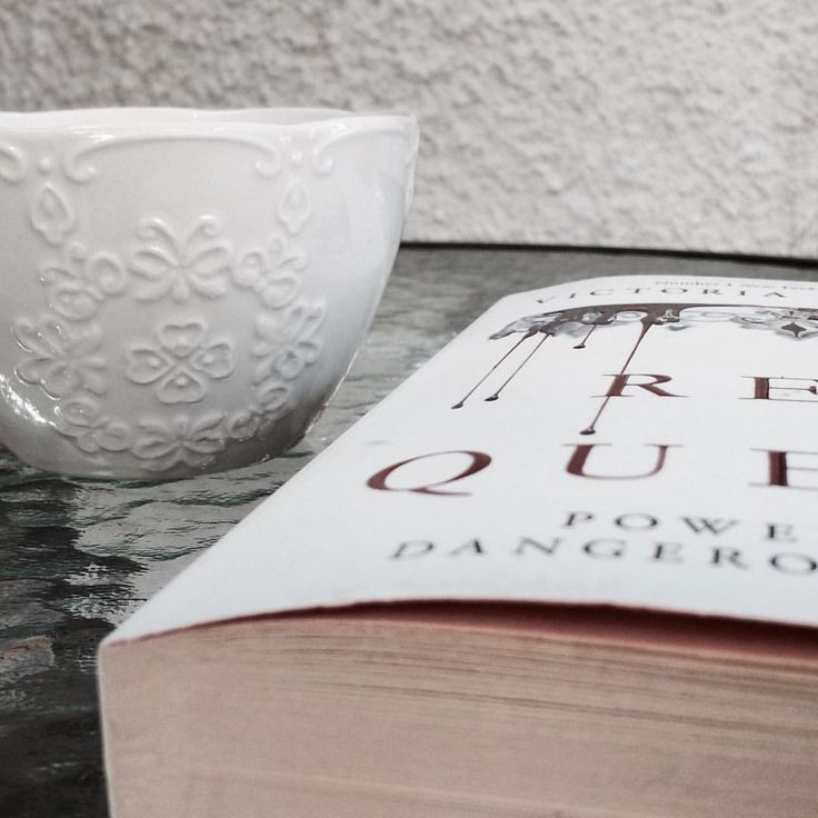 I'm in love with my new mug  Finally starting the Red Queen! I've wanted to read this for quite a while and finally I have the time ❤️ #redqueen #victoriaaveyard #books #bookstagram #bookish #booktag #bookworm #photography #mug #coffee #morningreads