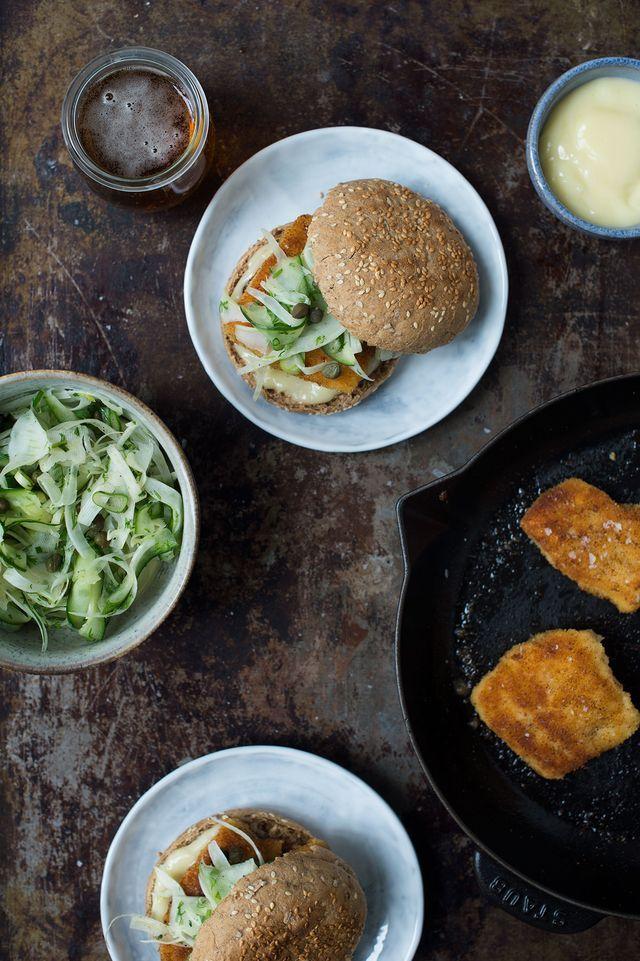 Opskrift: Fiskeburger med paneret torsk og fennikelsalat