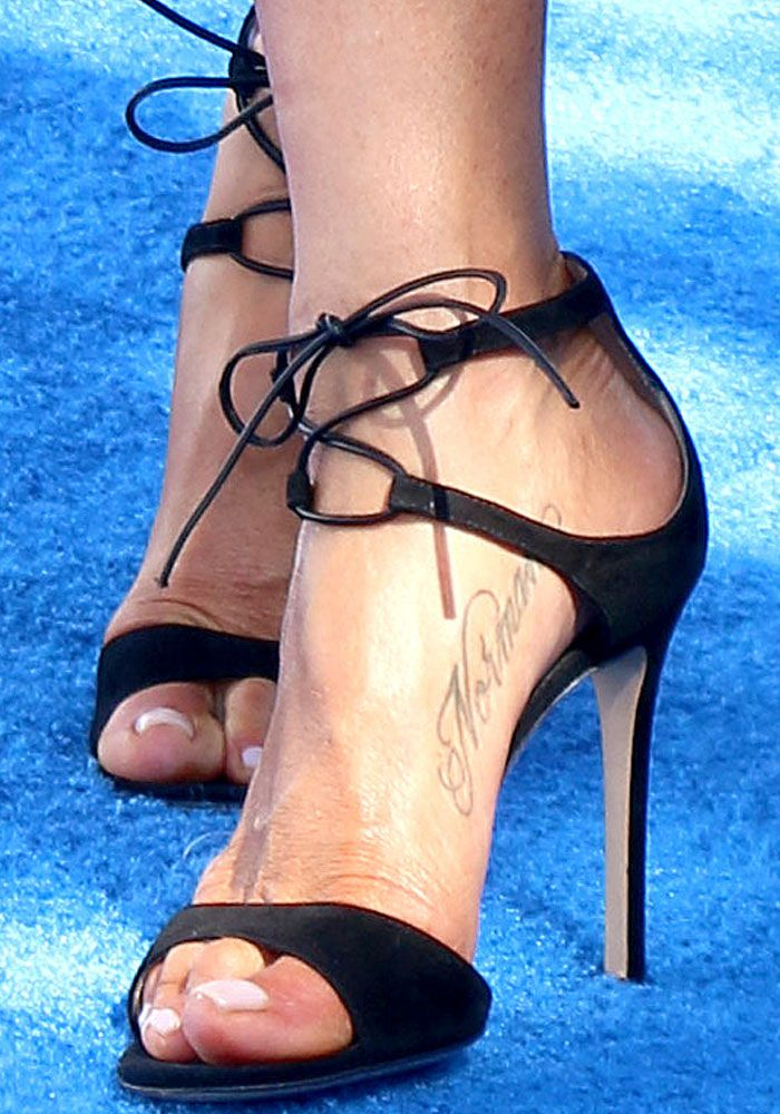 """Jennifer shows off her dog tribute tattoo in a pair of Gianvito Rossi """"Darcy"""" sandals"""
