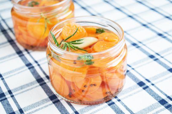 Diese eingelegte #Karotten passen zu einer herzhaften Jause oder als Antipasti. Das #Rezept stammt aus Omas Kochbuch.