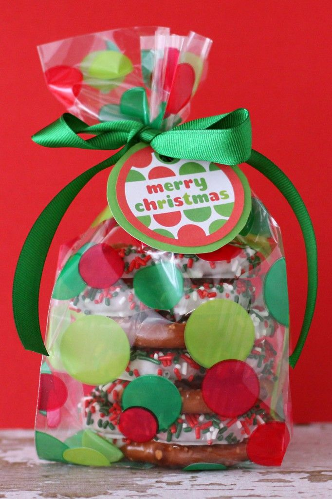 Yummy chocoate covered pretzel gift and FREE Merry Christmas gift tags!