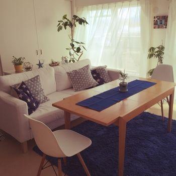 リビングの雰囲気は家具で大体決まりますが、小物を置くことで雰囲気をガラッと変えることができます。 おすすめはカーペットの色を変えることですが、頻繁に交換ができるモノでもないので、テーブルランナーをいくつか用意しておくのはいかがですか?手間をかけないで簡単に部屋の雰囲気を変えられますよ♪