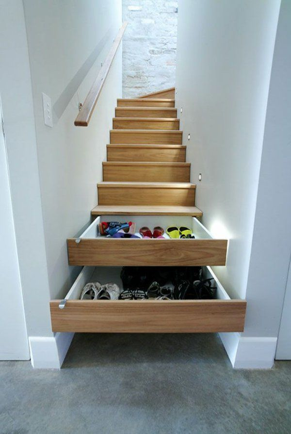 Les escaliers avec des tiroirs qui sauvent de l'espace