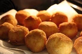 Sicilian Arancini with Ragu sauce #arancini #sicily #sicilia #sicilianrecipe #siciliancuisine #specialties #food #italianfoos #sicilianfood #ricette #riceballs #rice #ragù #sauce #typicalfood #Syracuse #tabarè #gourmet #friedfood #streetfood