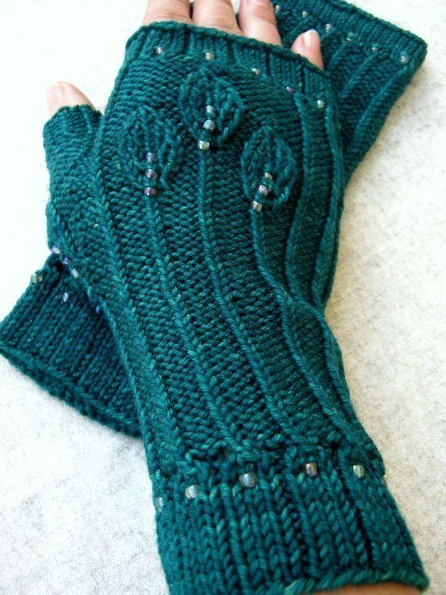 Elegante fingerlose Handschuhe mit aufwändigem Blättermuster und eingestrickten Perlen. Farbe: grün, grasgrün Aussergewöhnlich kuschelig weiche Merino-Wolle schmeichelt den Händen, das Garn is einzigartig handgefärbt und hat einen seidigen Glanz (Madelinetosh).