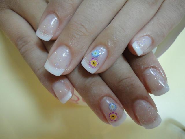 Uñas Francesas Blancas Con Decorado Brillante Y Flores Mariposa