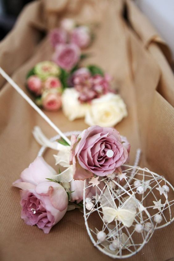 Have your flower girls carry a wand made of flower, butterflies, paper, ribbons, jewels and more for a magical effect! See more alternatives to flower girl baskets on Harsanik blog.