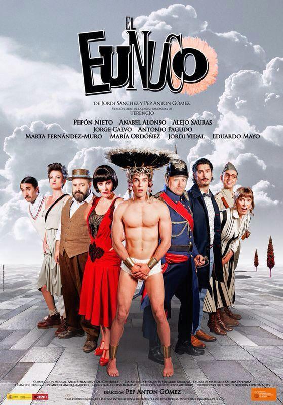 La corona que lleva Alejo Sauras en el cartel la hizo Beth McGowan para la obra de teatro El Eunuco.