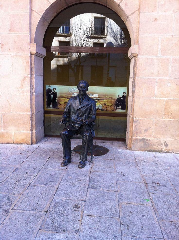 Monumento a Antonio Machado en su instituto en Soria