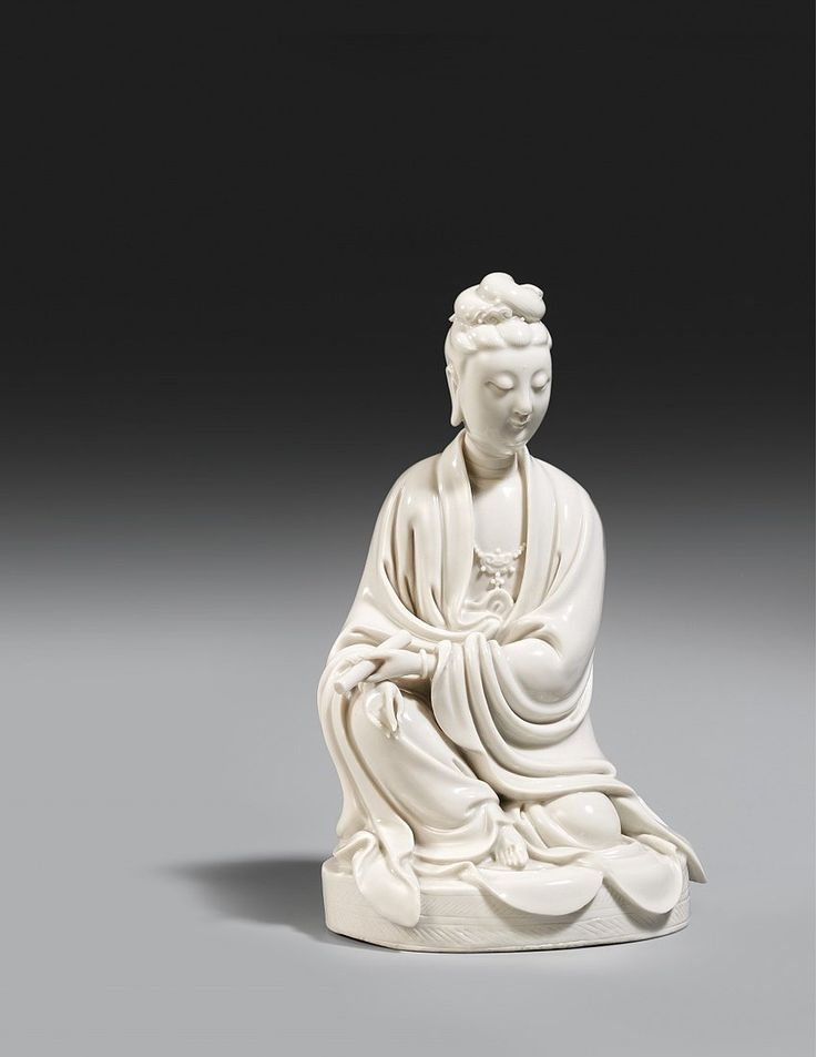 A seated blanc-de-Chine figure of Guanyin. Dehua. Kangxi period (1662-1722) - Kunsthaus Lempertz