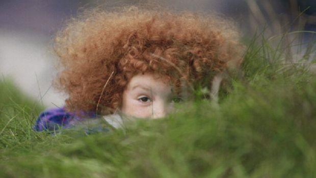 Sistemare i capelli crespi dei bambini per averli in ordine