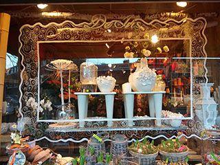 Iris Bloemen in Den Haag heeft naast bloemen een mooie collectie kaarsen en een workshopruimte voor het werken met natuurlijke materialen.