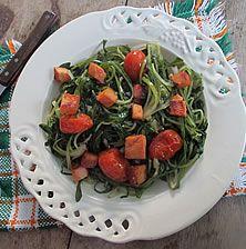 Εκπληκτικής νοστιμιάς σαλάτα με την ντομάτα να σπάει την μονοτονία του κόκκινου και το απάκι να χαρίζει μια υπέροχη καπνιστή νότα