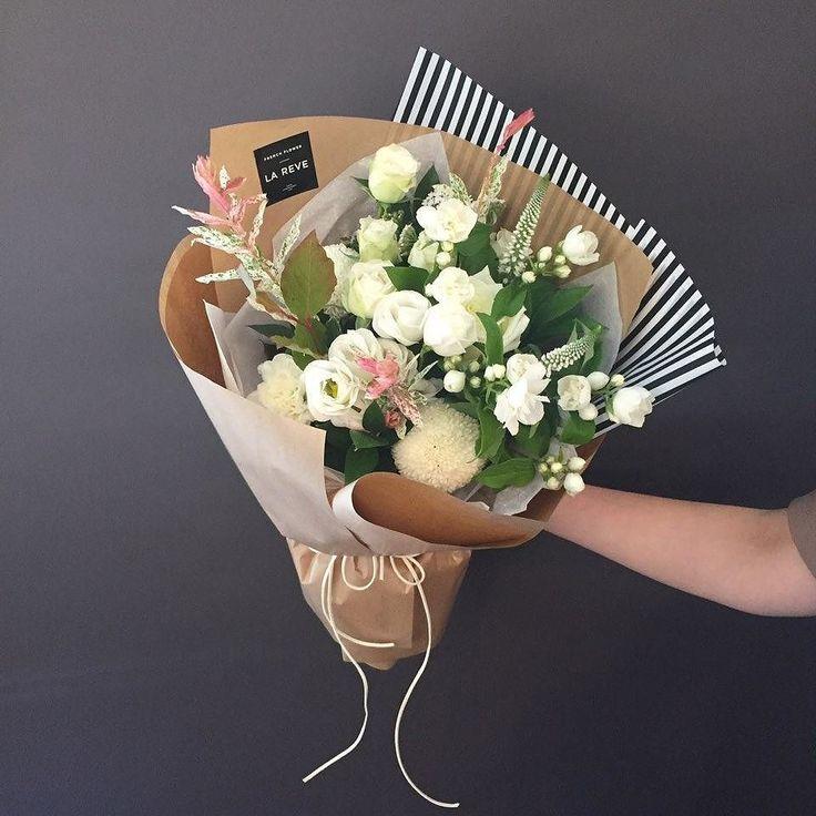 꽃을 디자인하다. THE FRENCH FLOWER SHOP LA REVE . . 깔끔하고 세련된 느낌을 주는 화이트 그린계열 꽃다발! 800일…