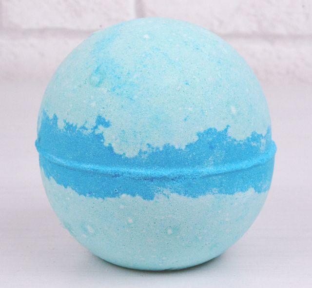 Frozen Bath Bomb - De quoi mettre un peu de la Reine des Neiges dans votre bain. 5,95 €.