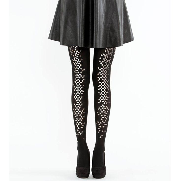 Virivee. Prachtige zwarte zeemeermin panty met een uniek zilverkleurig schubben patroon. Je kunt het patroon aan de achterkant of voorkant van je benen dragen. De panty is 40 denier en heel elastisch.