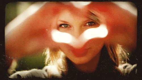 Taylor Swift Writes Heartwarming Message To Fan Whose Mom Died