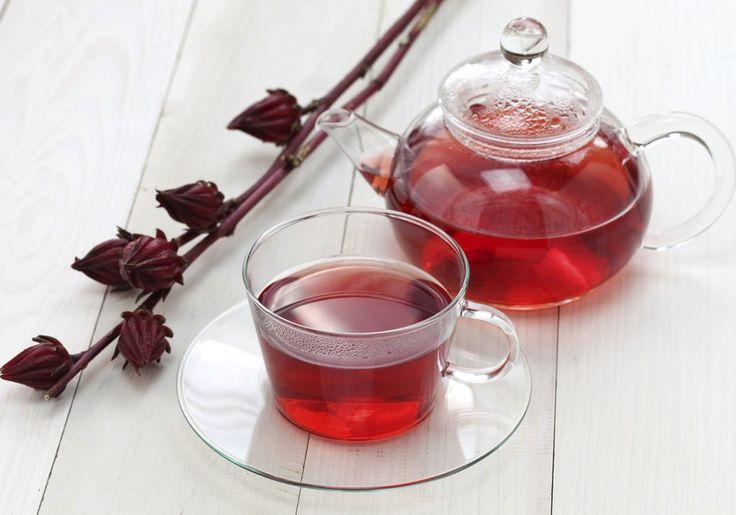 O chá de hibisco é capaz de estimular a queima de gordura corporal, facilitar a digestão, regularizar o intestino e combater a retenção de líquido