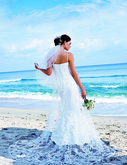 透け感のある華麗なトレーンが花嫁の魅力を引いたてます♡ハワイアンウェディングの花嫁一覧総まとめ♡
