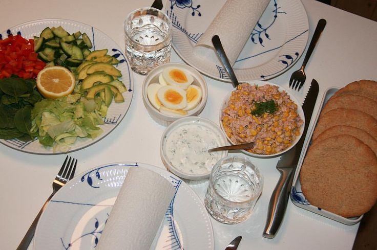 Dagens aftensmad stod på fuldkorn-pita brød med tun. Sundt, mættende og vanvittigt lækkert! Tunsalat opskrift: 2 dåser tun, 50g græsk yoghurt/skyr, lidt let mayo, citron, salt og majs - og så kan tilbehøret ellers bare være lige hvad man har lyst til 😋 #pitabröd #avokado #ærter #rødløg #løg #æg #fav #tonfiskröra #tonfisksallad #fitfamdk (Tillägg: ärtor, paprika, rödlök/purjolök/salladslök, ägg, kvarg, krydderi) fav