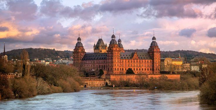 Aschaffenburg (Bayern): Die Hochschulstadt Aschaffenburg ist eine kreisfreie Stadt im bayerischen Regierungsbezirk Unterfranken und Teil der Metropolregion Frankfurt/Rhein-Main. Mit knapp 68.000 Einwohnern ist Aschaffenburg größte Stadt der Region Bayerischer Untermain und nach Würzburg die zweitgrößte Stadt im Regierungsbezirk Unterfranken. Die Stadt ist Sitz des Landratsamtes Aschaffenburg und der Hochschule Aschaffenburg.