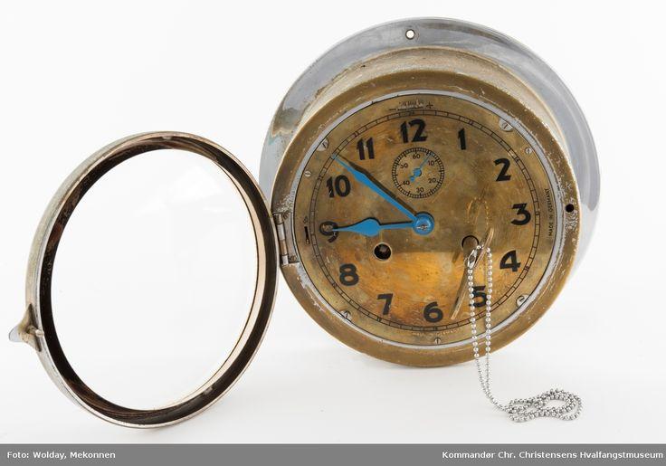 Kronometer med nøkkel. Urskiva har tydelige sorte tall i en skala fra 1 til 12. En egen sekundviser med en mindre skala fra 0-60 sekunder. Visere er blåfarget.