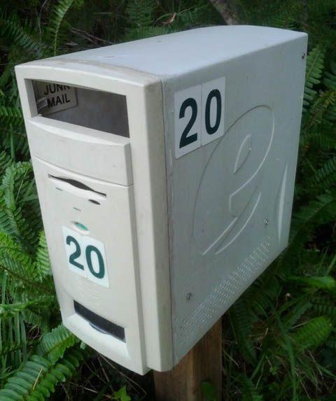 Usando a torre velha de computador como caixa de correio.