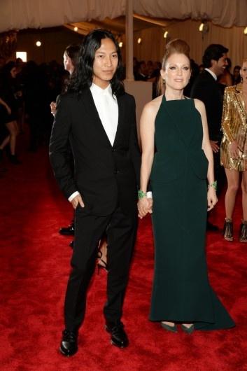 MET Ball 2013 - Alexander Wang - Julianne Morre draagt al een jurk van Balenciaga die van de hand is van Alexander Wang.