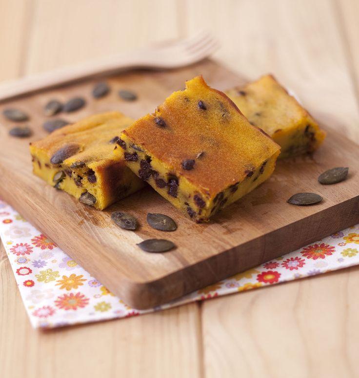 Ce gâteau au potimarron : une recette qui plait au goûter des enfants. Pépites de chocolat et graines de courges apportent saveurs et texture à ce dessert.