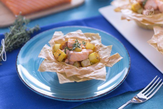 I cestini di phillo al salmone e crema di zucchine sono un antipasto originale e saporito, una combinazione perfetta di aromi e consistenze per un antipasto  davvero raffinato.